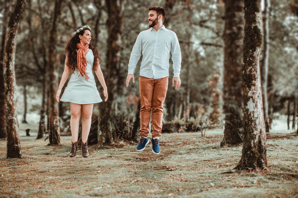 Casal pulando. Foto feita pelo fotógrafo de casamento Rafael Ohana
