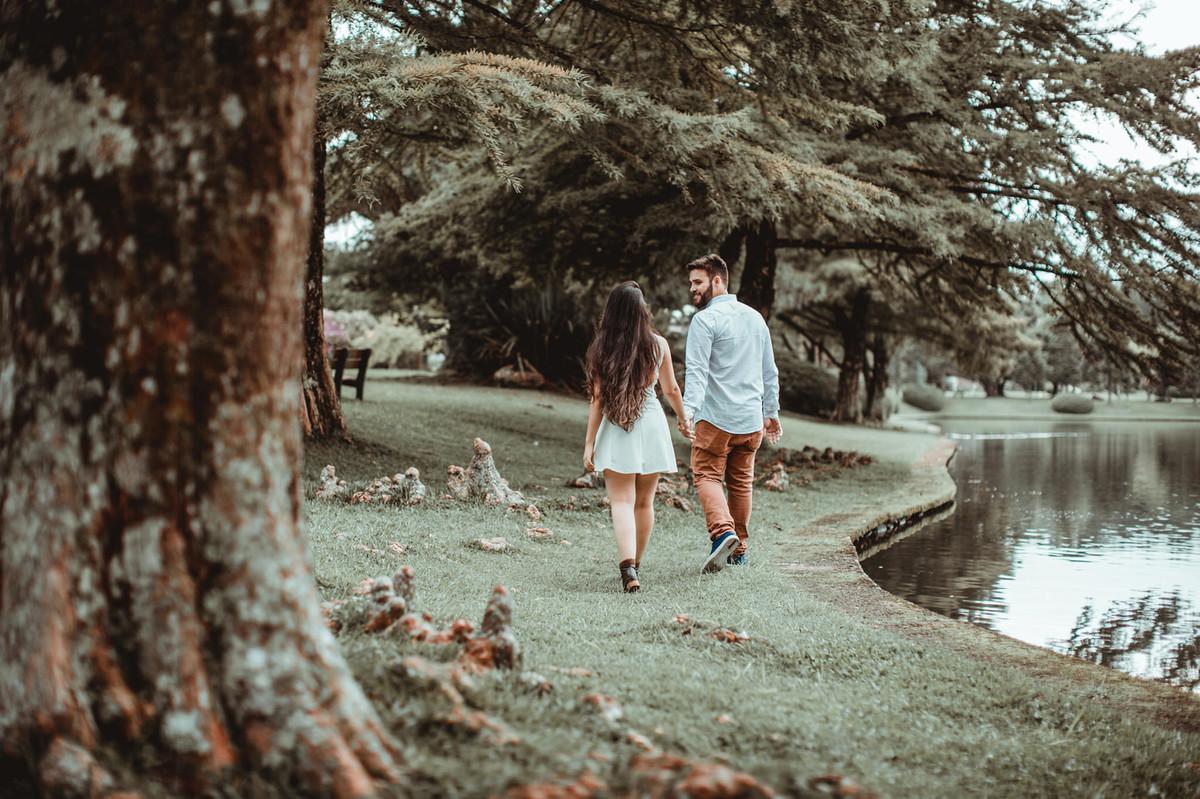 Casal andando na beira do lago em Gramado-RS. Foto feita pelo fotógrafo de casamento Rafael Ohana