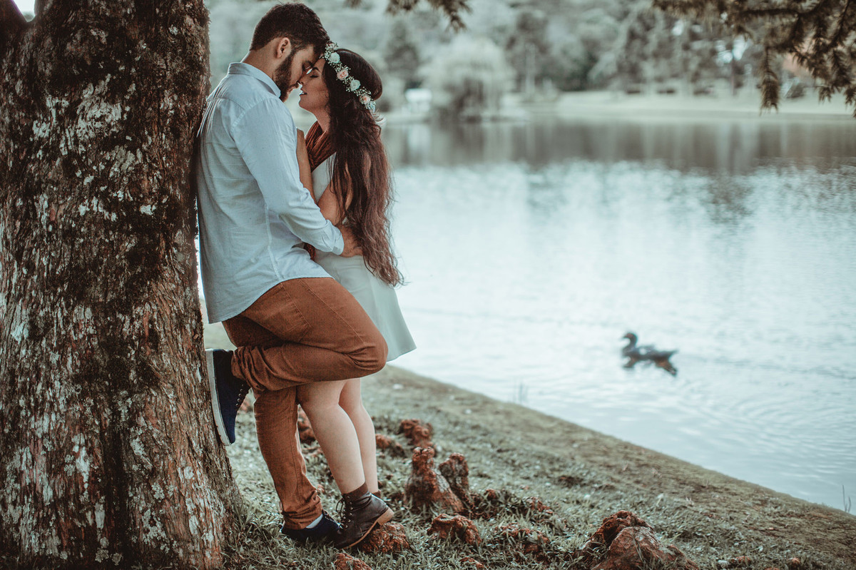 Casal se beijando encostados em arvore. Foto feita pelo fotógrafo de casamento Rafael Ohana