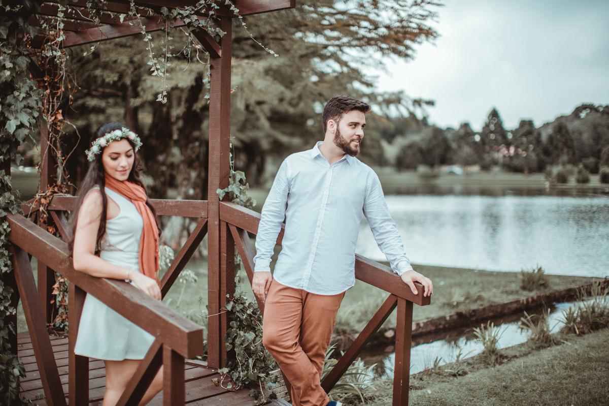 Noivos em ponte de madeira. Foto feita pelo fotógrafo de casamento Rafael Ohana