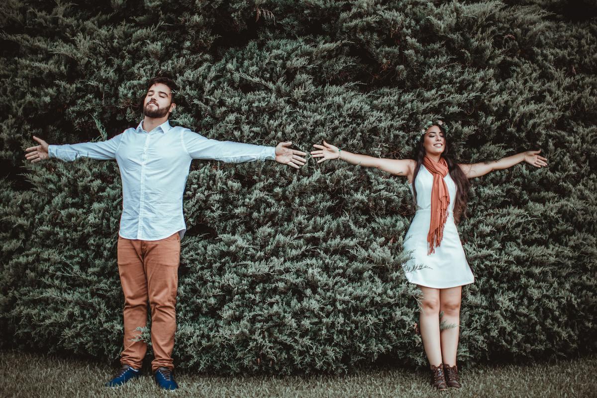 Casal encostado em cerva viva em ensaio romântico em Gramado-Rs. Foto feita pelo fotógrafo de casamento Rafael Ohana