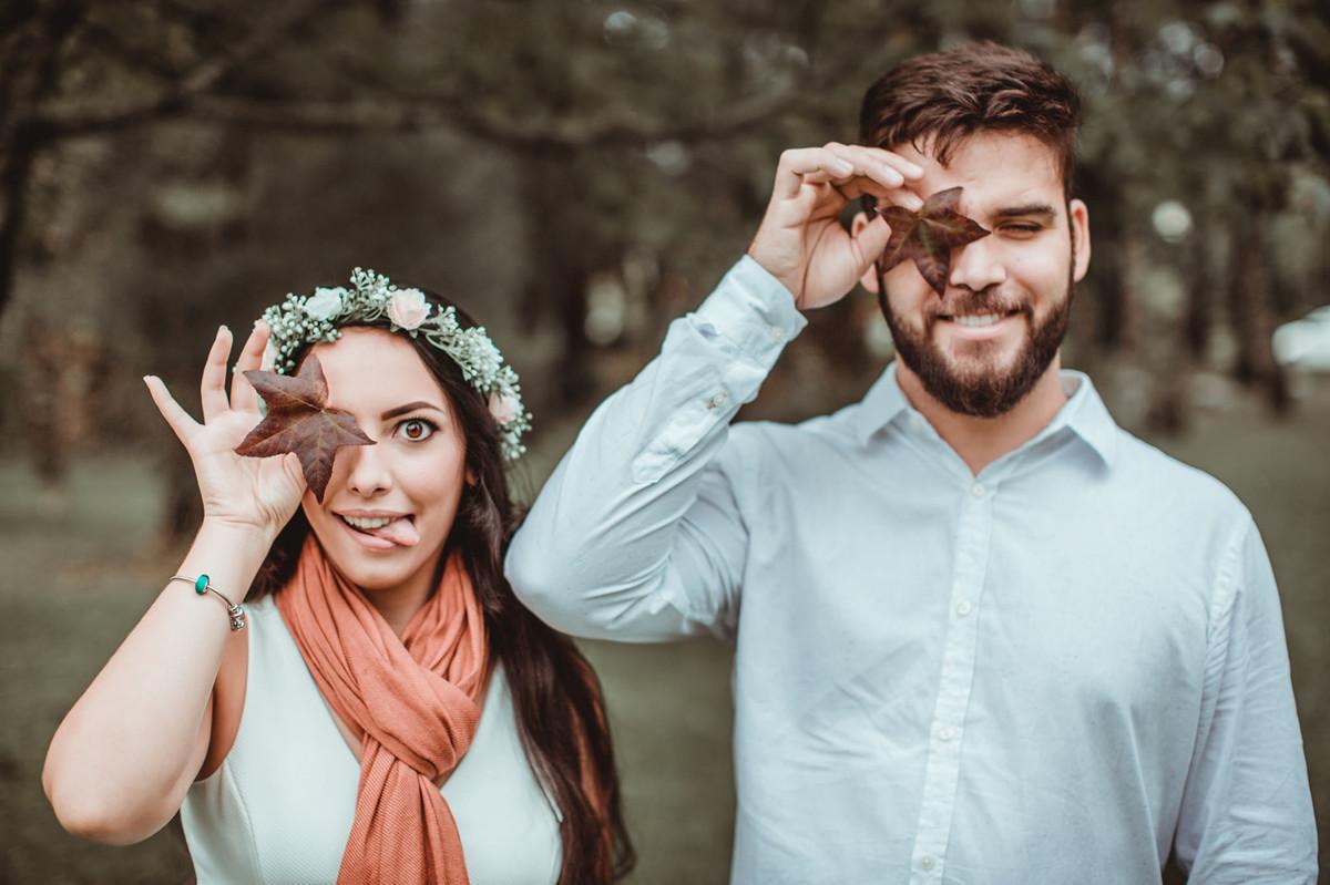 Casal brincando com folha em Gramado. Foto feita pelo fotógrafo de casamento Rafael Ohana