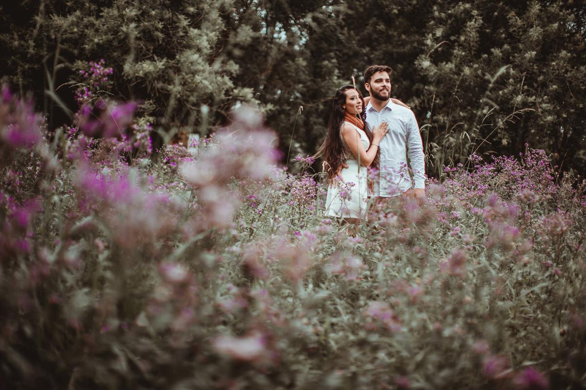 Casal abraçado no meio das flores em condomínio de Gramado-RS. Foto feita pelo fotógrafo de casamento Rafael Ohana