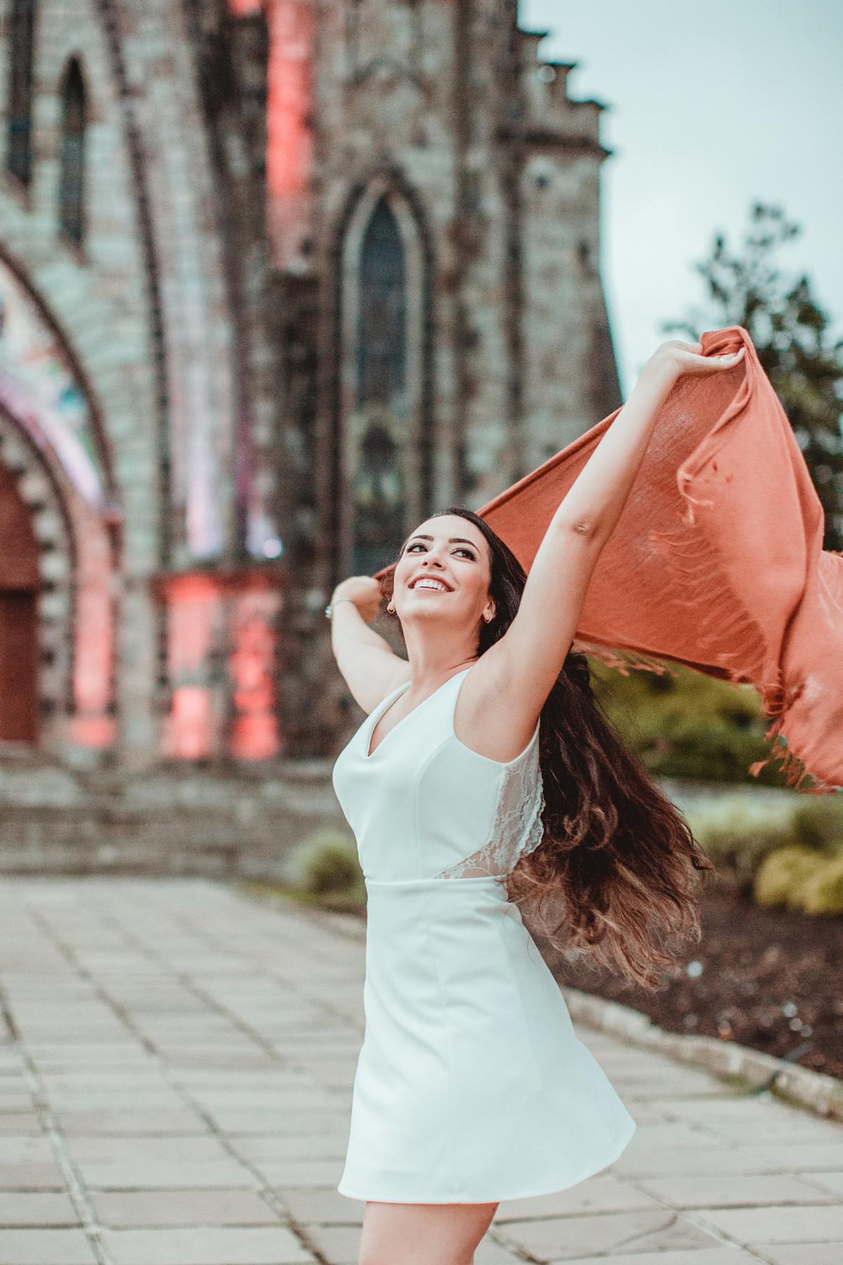 Noiva se divertindo na frente da igreja matriz de Canela-RS. Foto feita pelo fotógrafo de casamento Rafael Ohana
