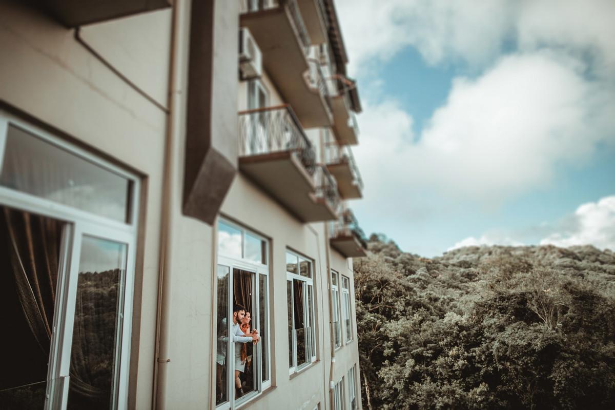 Casal se olhando em quarto de hotel em Gramado-RS. Foto feita pelo fotógrafo de casamento Rafael Ohana