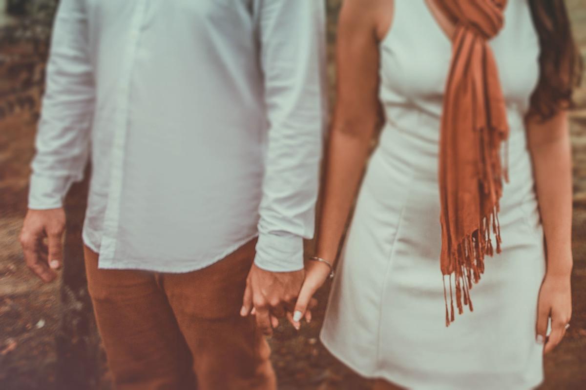 Casal dando as mãos.