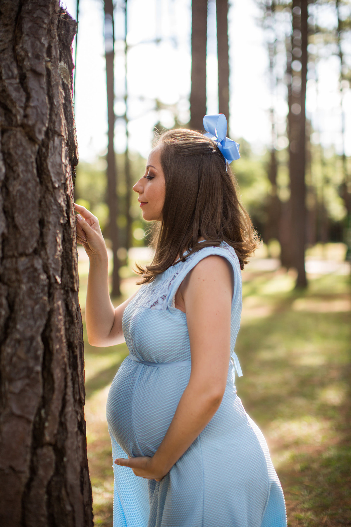 Ensaio de grávida na temática mundo Terra do Nunca feito pelo fotógrafo Rafael Ohana em Brasiilia-DF Wendy cutucando arvore