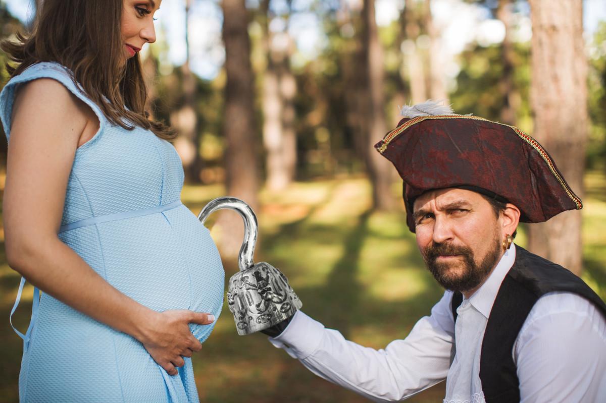 Ensaio de grávida na temática mundo Terra do Nunca feito pelo fotógrafo Rafael Ohana em Brasiilia-DF Wendy e Capitão Gancho