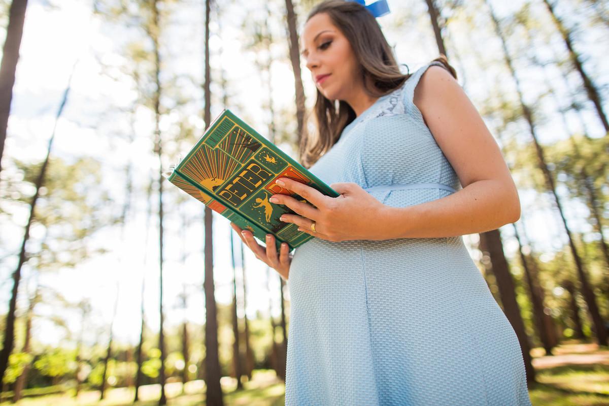 Ensaio de grávida na temática mundo Terra do Nunca feito pelo fotógrafo Rafael Ohana em Brasiilia-DF Wendy lendo livro de Peter Pan