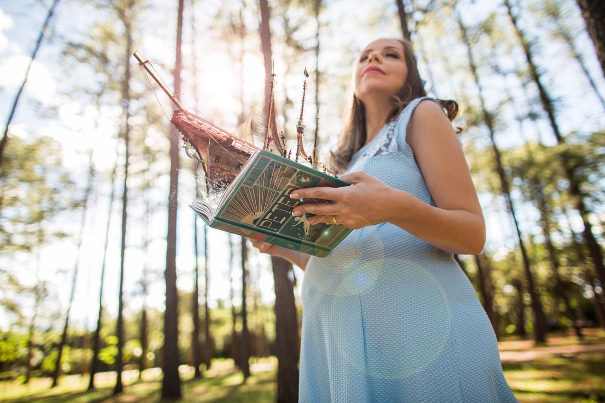 Ensaio de grávida na temática mundo Terra do Nunca feito pelo fotógrafo Rafael Ohana em Brasiilia-DF Wendy viajando no livro do Peter Pan