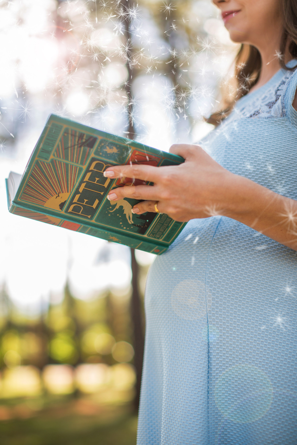 Ensaio de grávida na temática mundo Terra do Nunca feito pelo fotógrafo Rafael Ohana em Brasiilia-DF Wendy lendo livro do Peter Pan