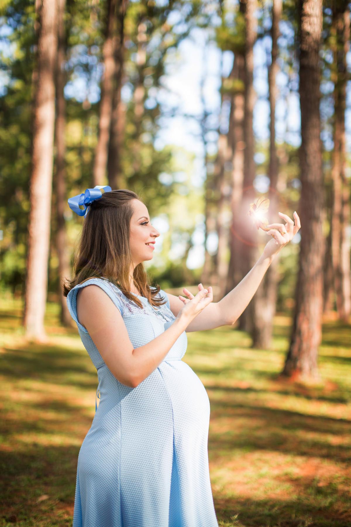 Ensaio de grávida na temática mundo Terra do Nunca feito pelo fotógrafo Rafael Ohana em Brasiilia-DF Wendy e Sininho na floresta