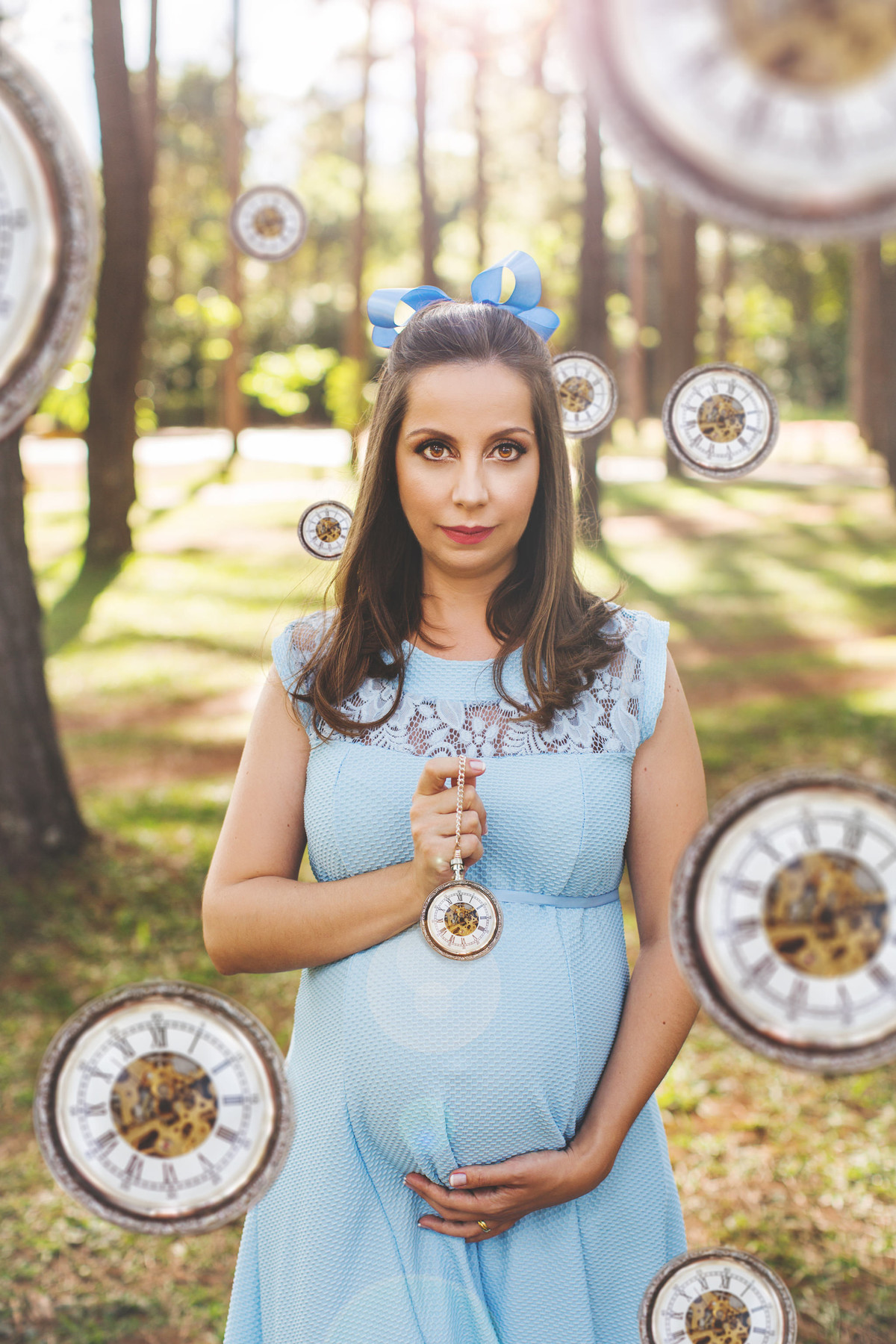 Ensaio de grávida na temática mundo Terra do Nunca feito pelo fotógrafo Rafael Ohana em Brasiilia-DF Wendy com muitos relógios