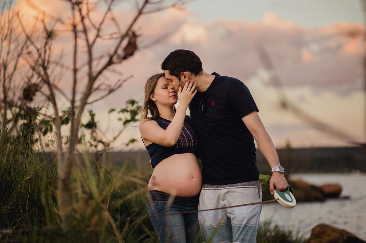 Mulher grávida beijando seu esposo