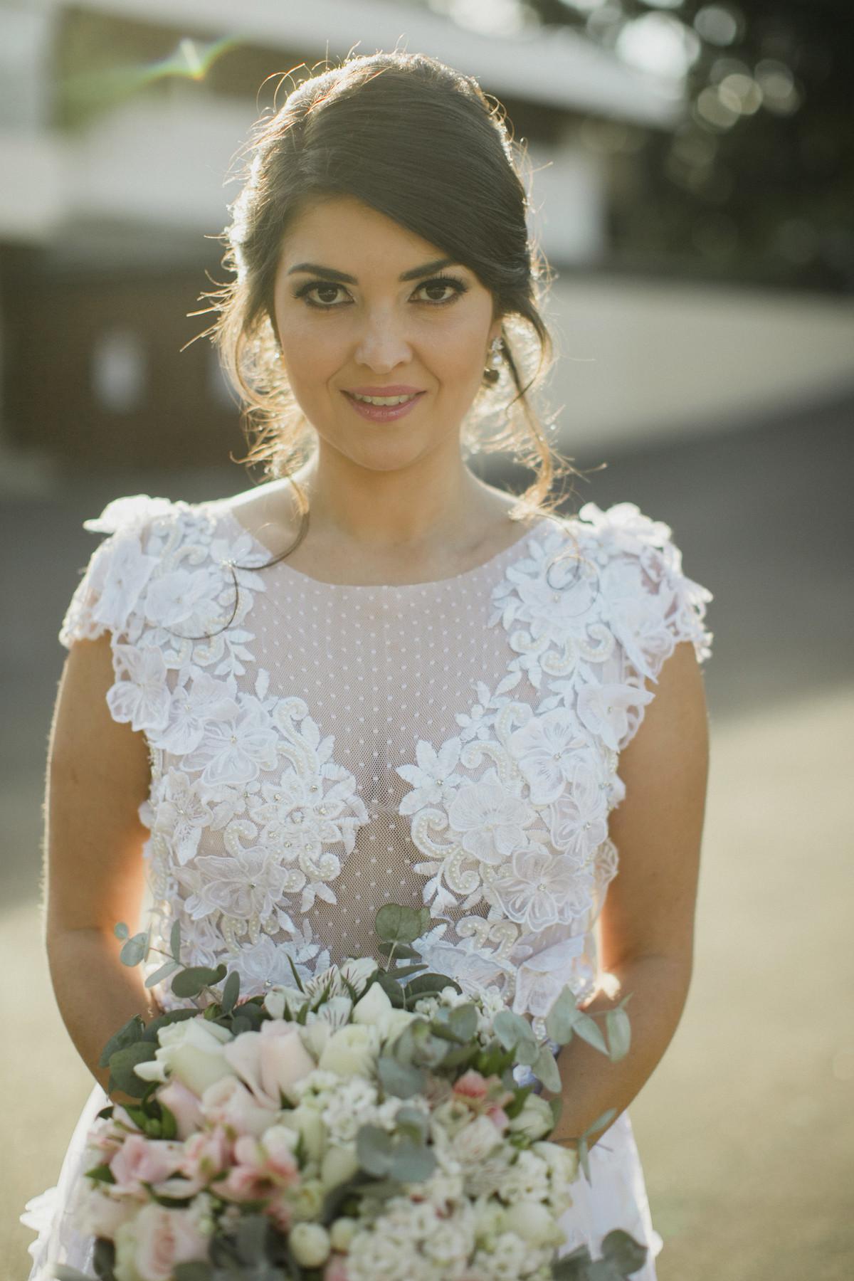 Vestido de noiva lindo com detalhes florais