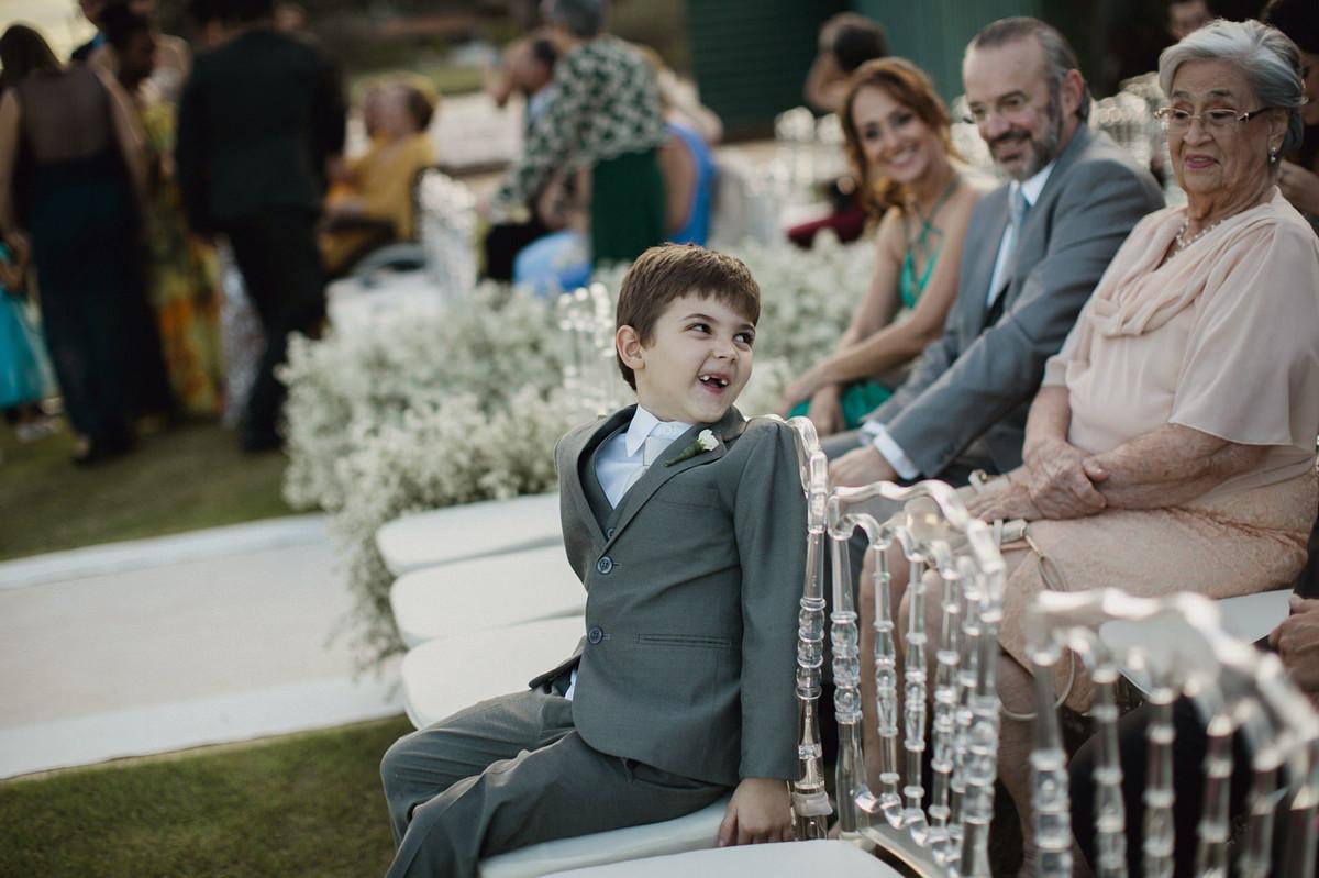 Criança fazendo careta em casamento