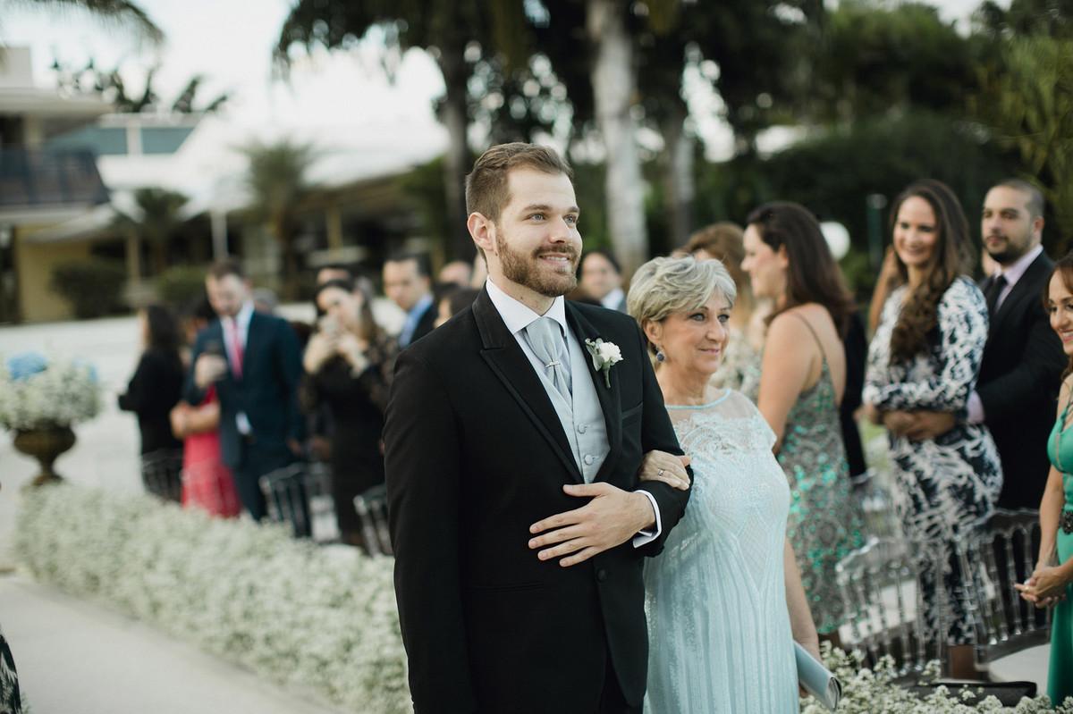 Noivo entrando em casamento com sua mãe