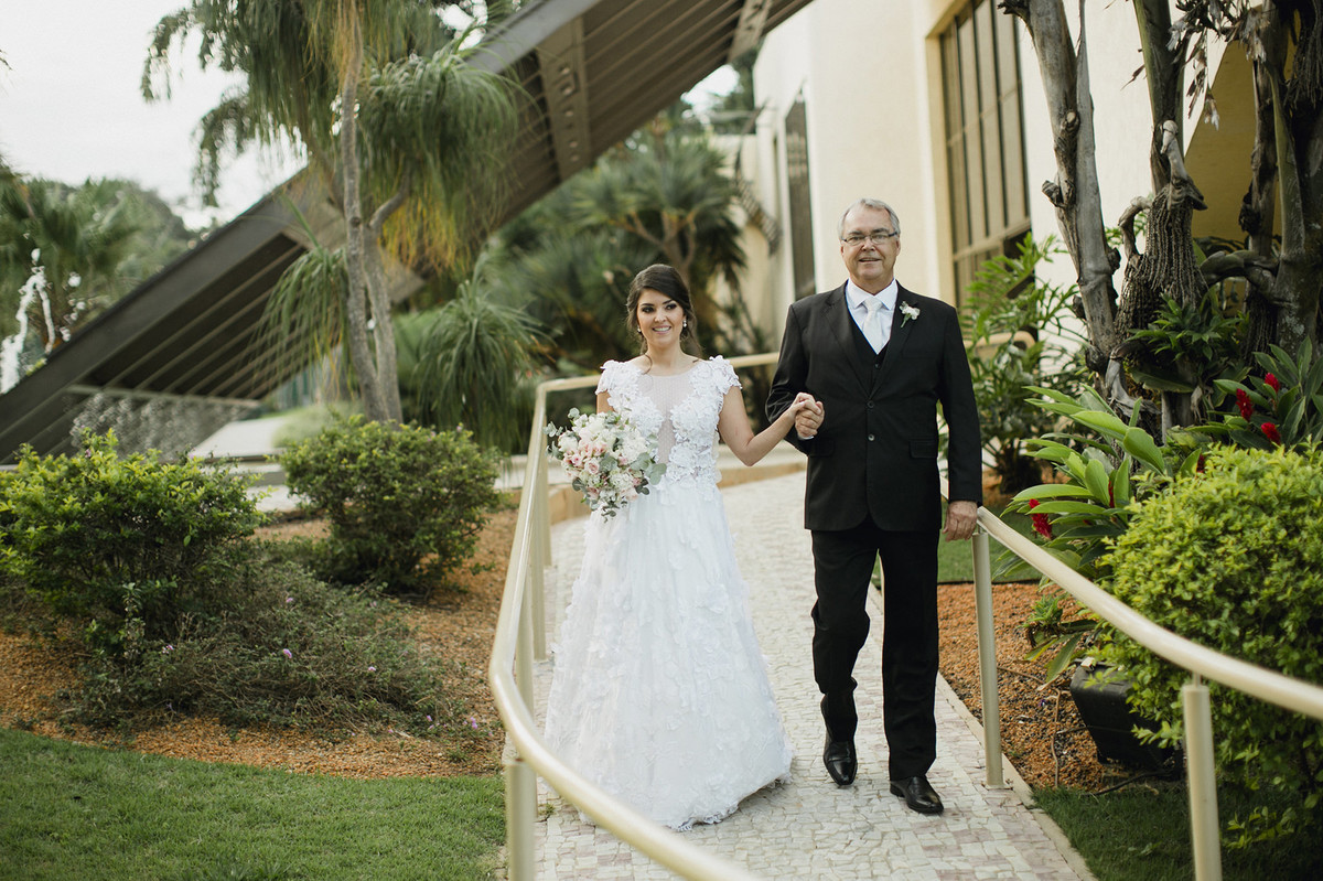 Noiva chegando com seu pai em espaço Porto Vittória em Brasília-DF