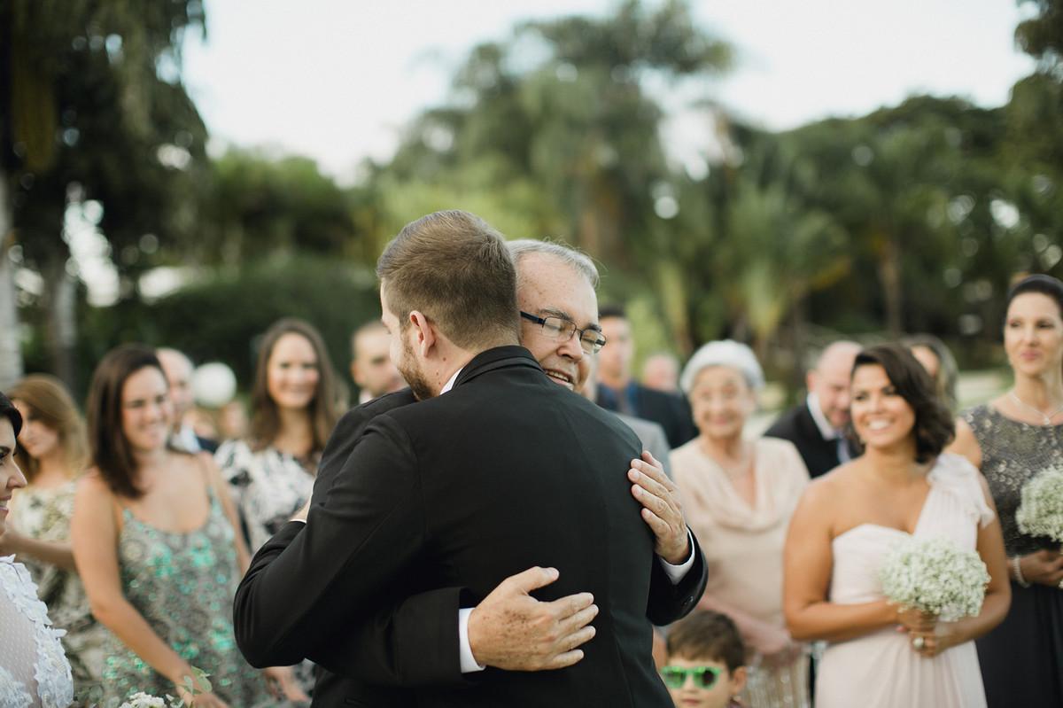 pai da noiva cumprimentando o noivo