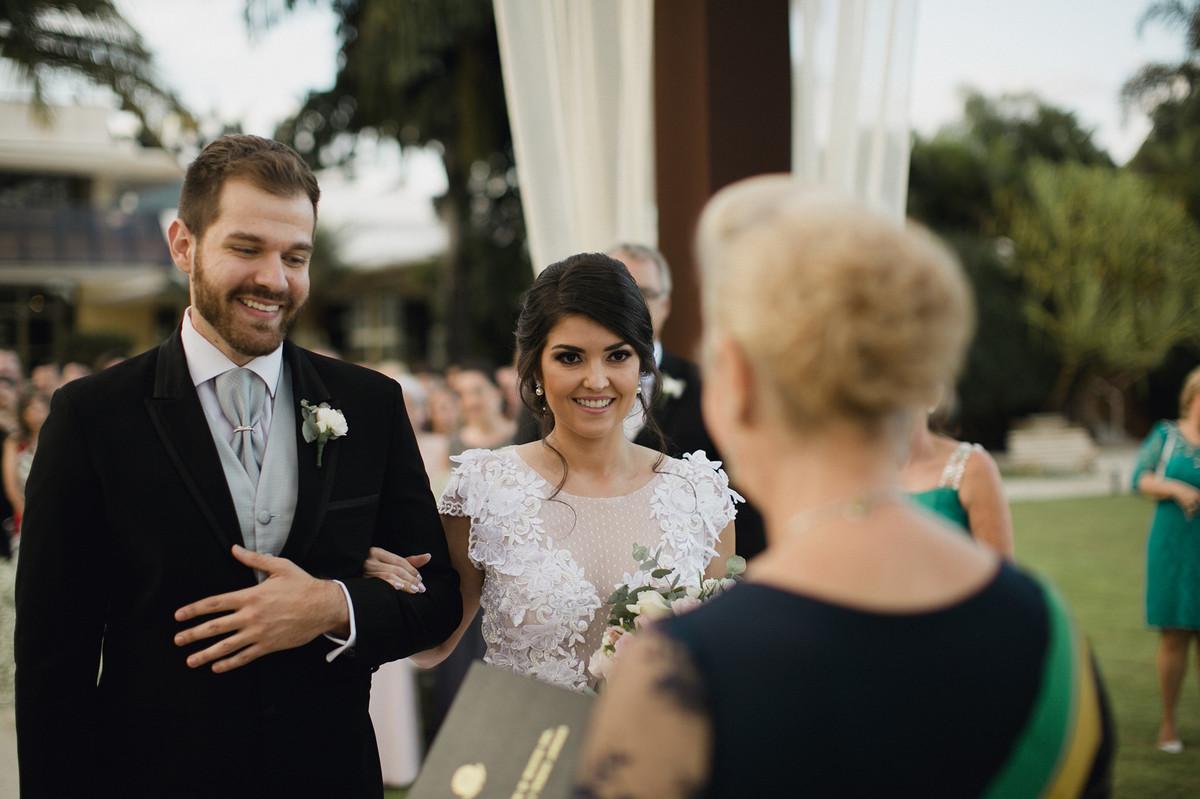 Noivos felizes casando no Civil