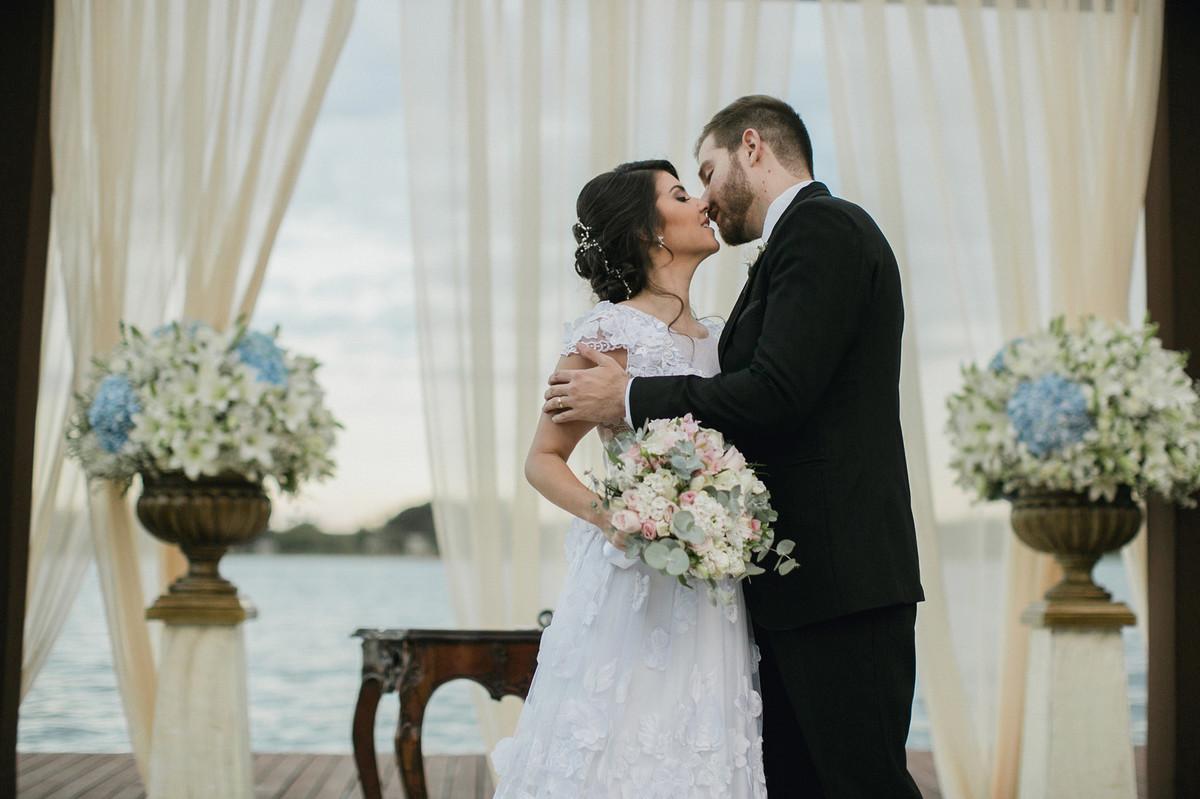 Beijo dos noivos em casamento no porto Vittória em Brasília-DF