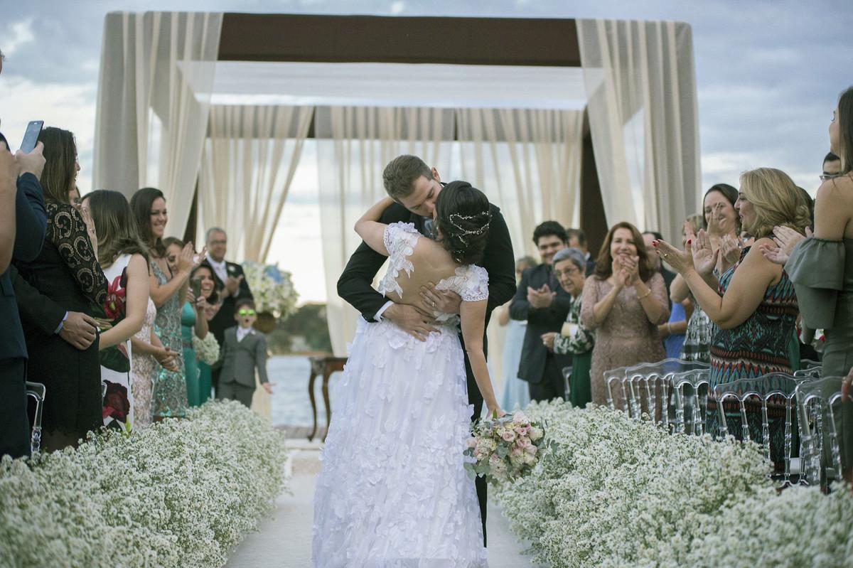 Beijo dos noivos em casamento no porto Vittória em Brasília-D