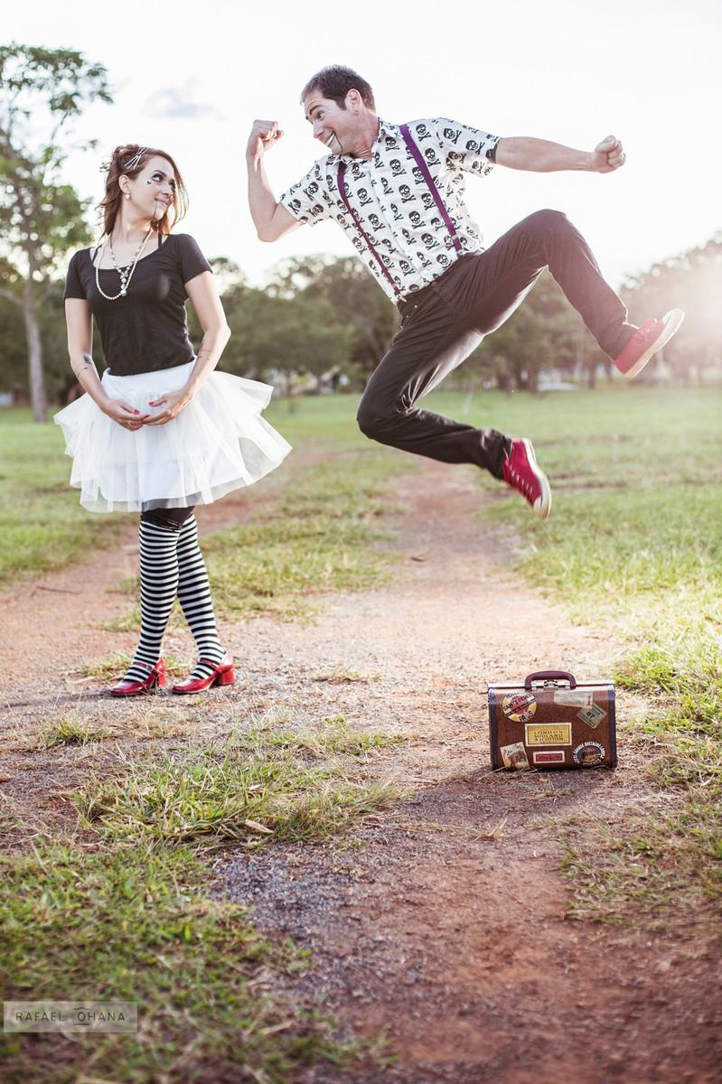 ensaio-temático-de-casal-Rafael-Ohana-fotógrafo-de-casamento-em-Brasília-parque-de-diversões-palhaços-clown-jump-pulo