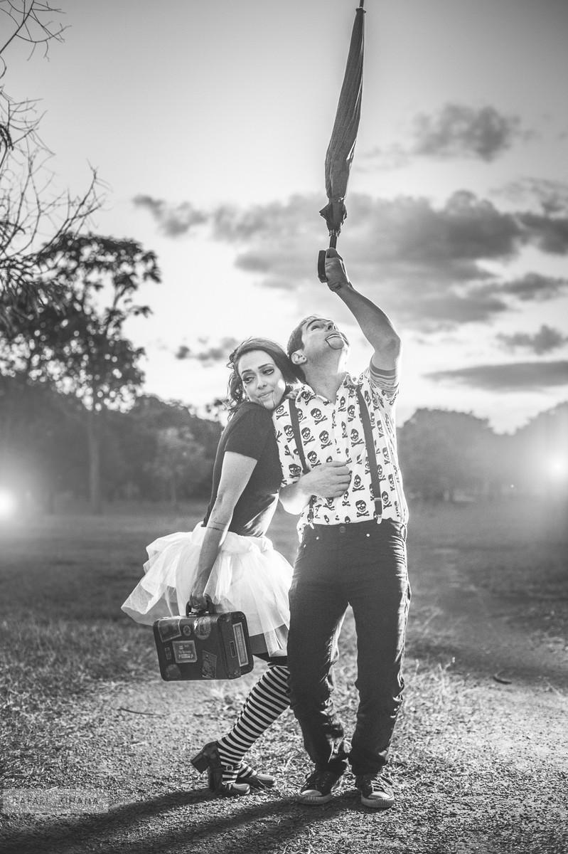 ensaio-temático-de-casal-Rafael-Ohana-fotógrafo-de-casamento-em-Brasília-parque-de-diversões-palhaços-clown