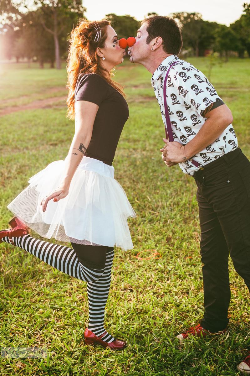 ensaio-temático-de-casal-Rafael-Ohana-fotógrafo-de-casamento-em-Brasília-parque-de-diversões-palhaços-clown-love