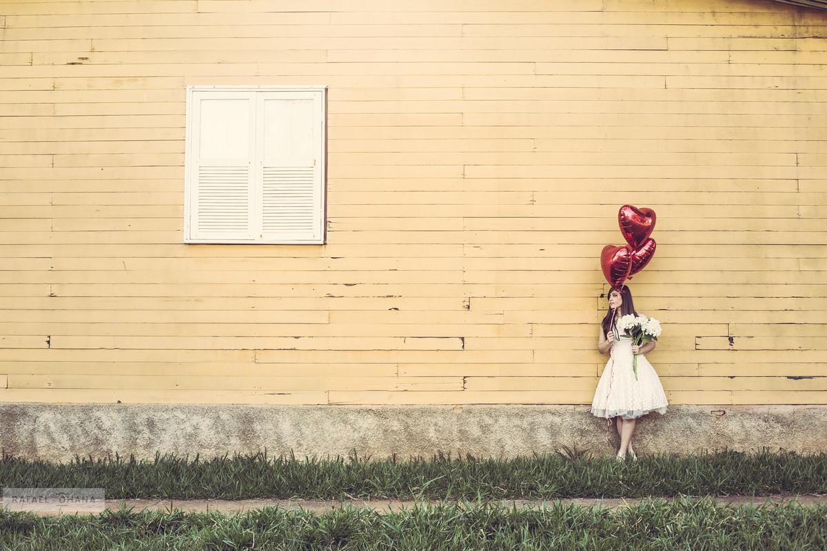 Camila segurando o buquê e balões de gás Helio no ensaio de 15 anos realizado pelo fotografo de 15 anos Rafael Ohana