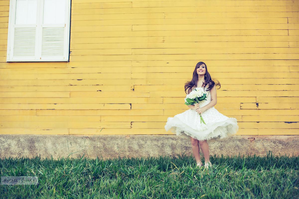 Camila segurando o buquê  no ensaio de 15 anos realizado pelo fotografo de 15 anos Rafael Ohana