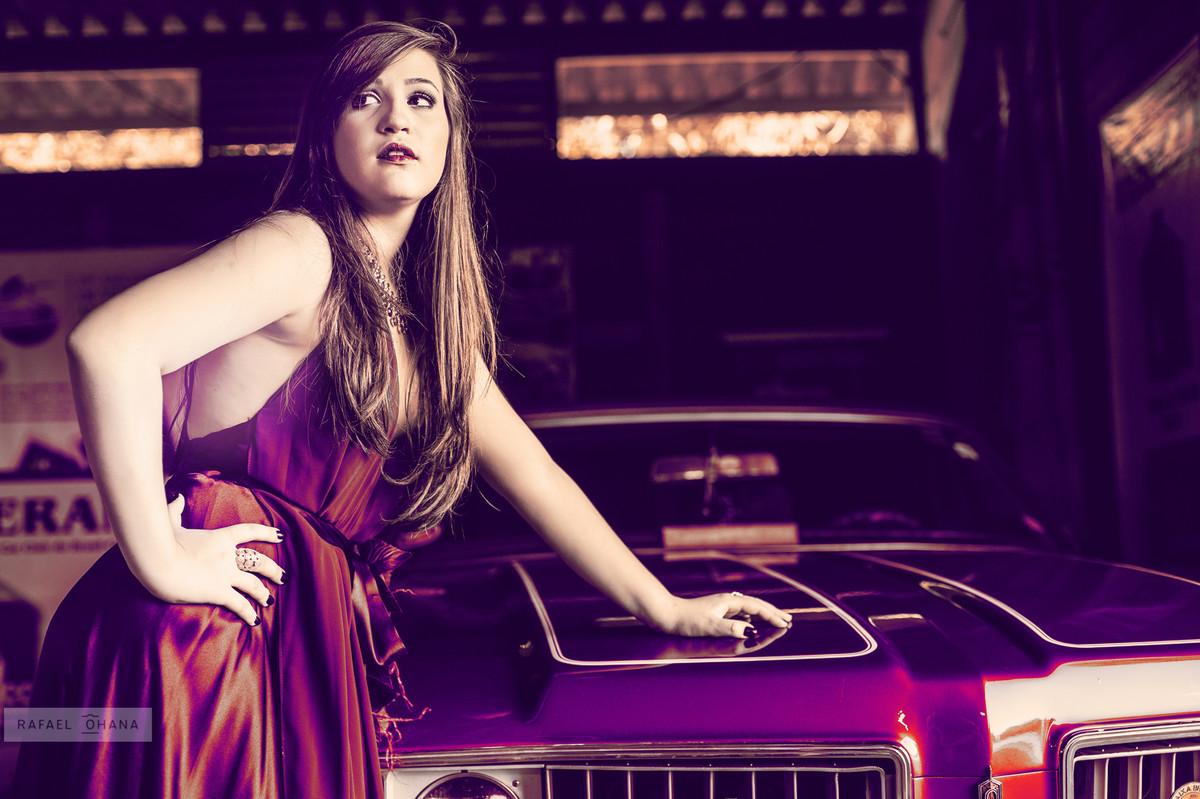 Camila posando com carros antigos em museu durante ensaio realizado pelo fotógrafo de 15 anos Rafael Ohana