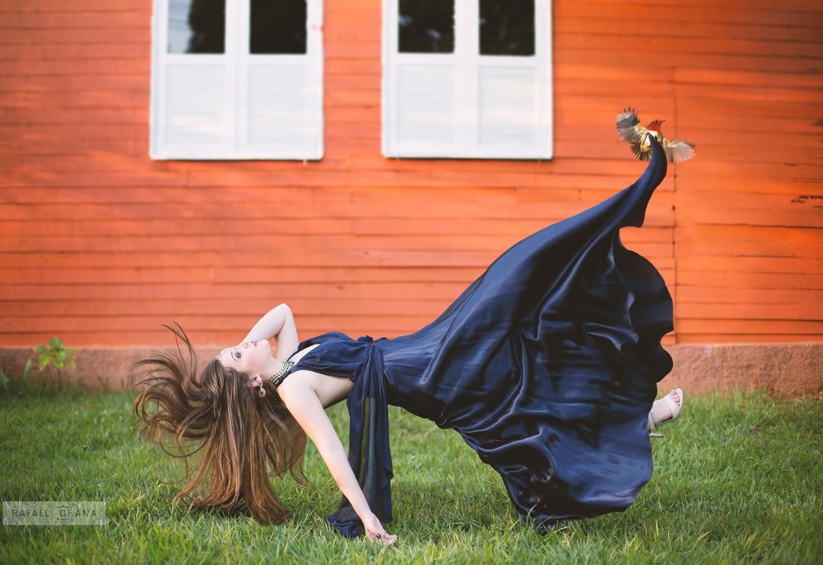 Camila levitando durante ensaio de 15 anos realizado pelo fotógrafo de 15 anos Rafael Ohana em Brasília
