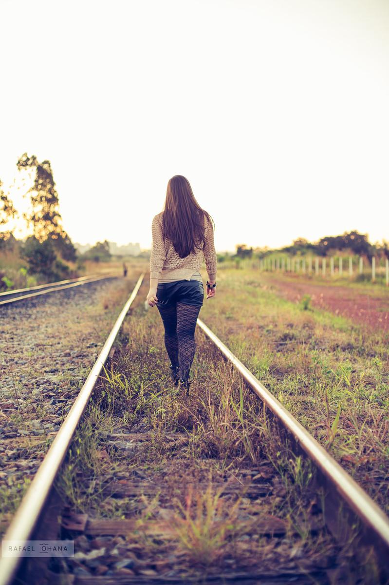 Camila andando pelo trilho de trem durante ensaio de 15 anos realizado pelo fotógrafo de 15 anos Rafael Ohana em Brasília