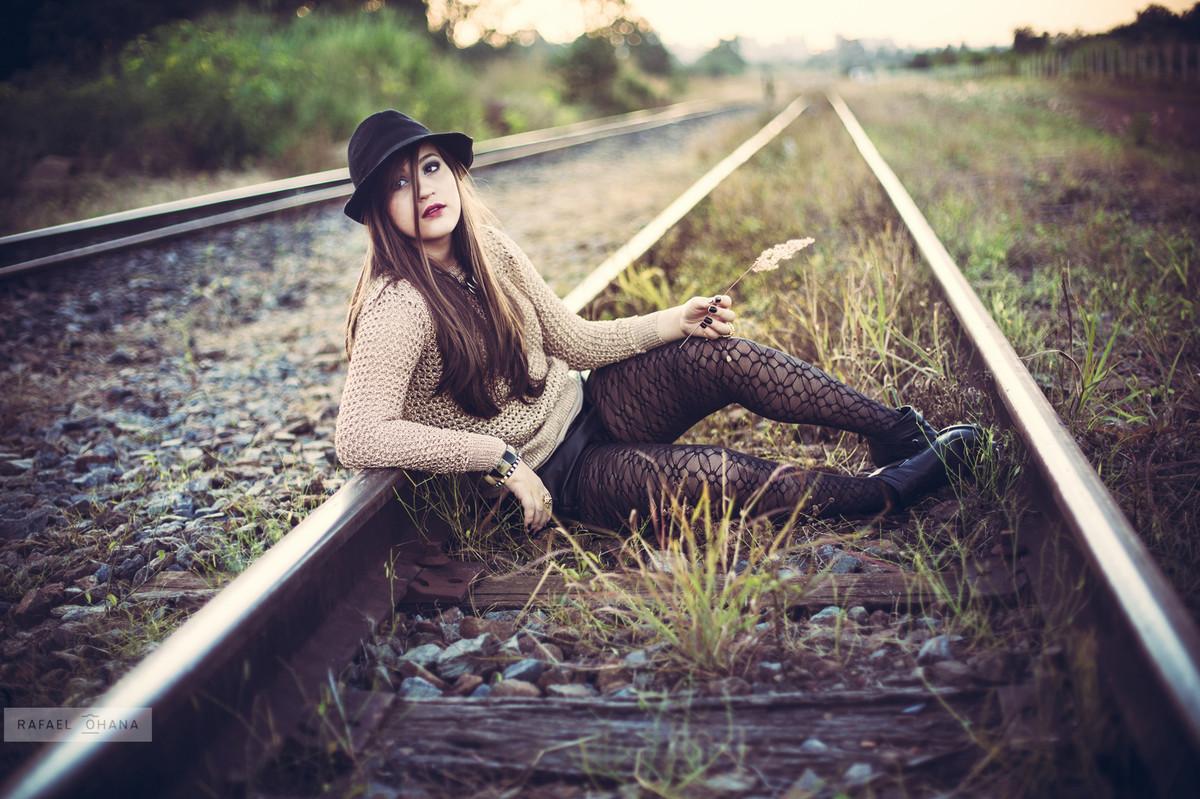 Camila sentada no trilho de trem durante ensaio de 15 anos realizado pelo fotógrafo de 15 anos Rafael Ohana em Brasília