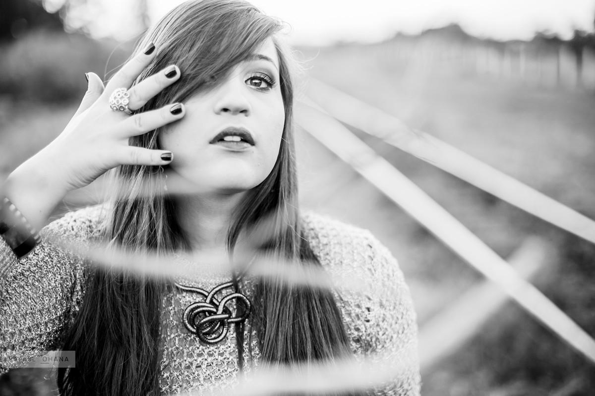 Camila posando para retrato durante ensaio de 15 anos realizado pelo fotógrafo de 15 anos Rafael Ohana em Brasília
