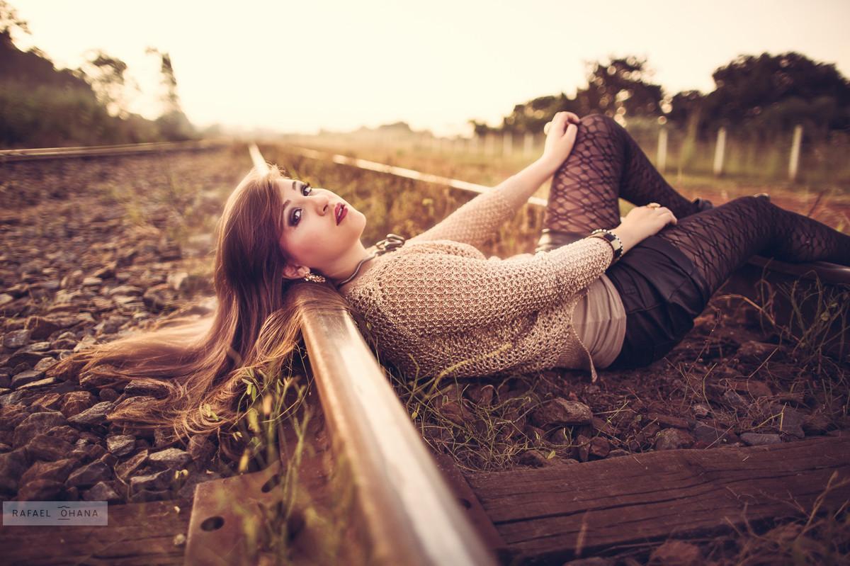 Camila deitada no trilho de trem durante ensaio de 15 anos realizado pelo fotógrafo de 15 anos Rafael Ohana em Brasília