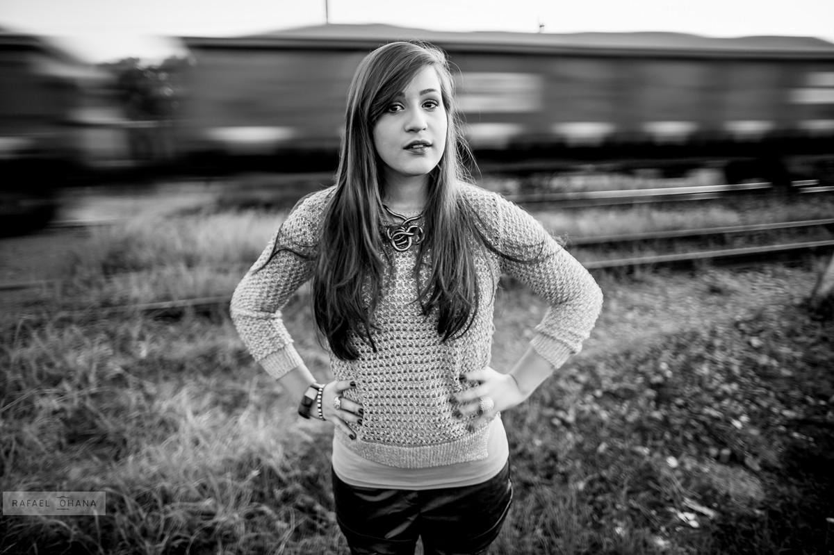 Camila posando enquanto passa o trem durante ensaio de 15 anos realizado pelo fotógrafo de 15 anos Rafael Ohana em Brasília