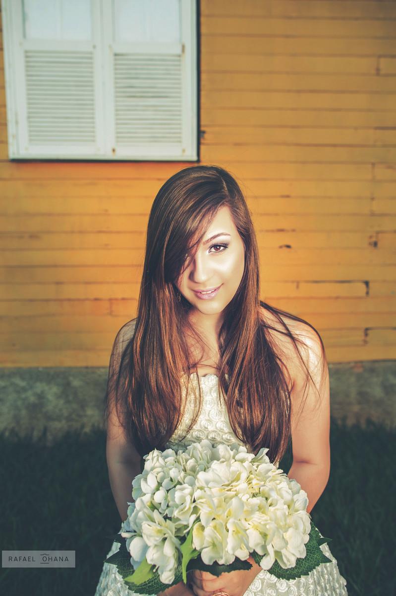 Camila segundao buquê no ensaio de 15 anos realizado pelo fotografo de 15 anos Rafael Ohana