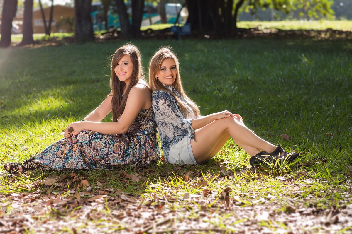 Camila posando com sua mãe durante ensaio de 15 anos realizado pelo fotógrafo de 15 anos Rafael Ohana em Brasília