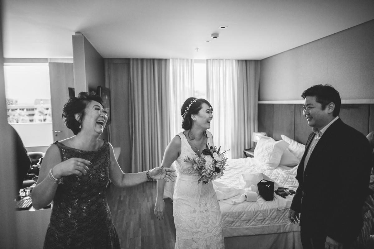 Convidados rindo no Making of do casamento da Luciana e do Adriano feito no Brasília Palace pelas lentes do Fotografo Rafael Ohana em Brasília