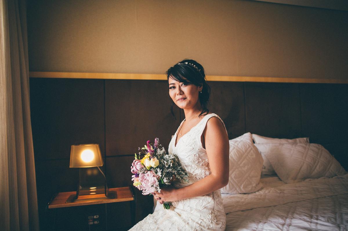 Retrato da noiva Luciana sentada na cama Making of do casamento da Luciana e do Adriano feito no Brasília Palace pelas lentes do Fotografo Rafael Ohana em Brasília