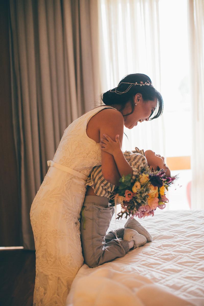 Noiva Luciana brincando com uma criança Making of do casamento da Luciana e do Adriano feito no Brasília Palace pelas lentes do Fotografo Rafael Ohana em Brasília