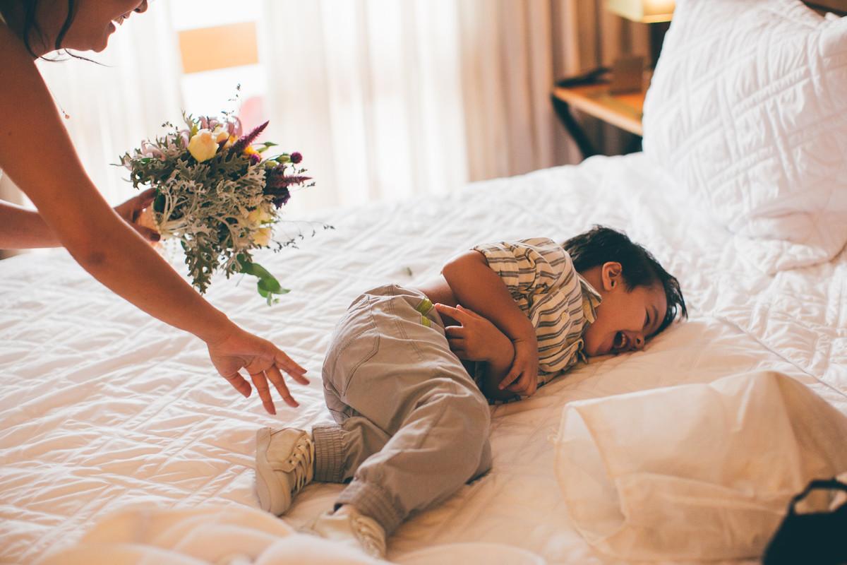 Noiva brincando com criança em Making of do casamento da Luciana e do Adriano feito no Brasília Palace pelas lentes do Fotografo Rafael Ohana em Brasília