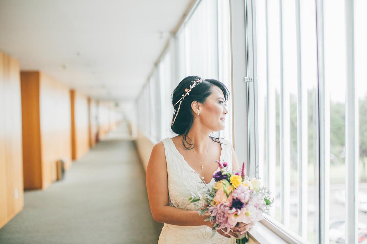 noiva esperando seu noivo segurando flores