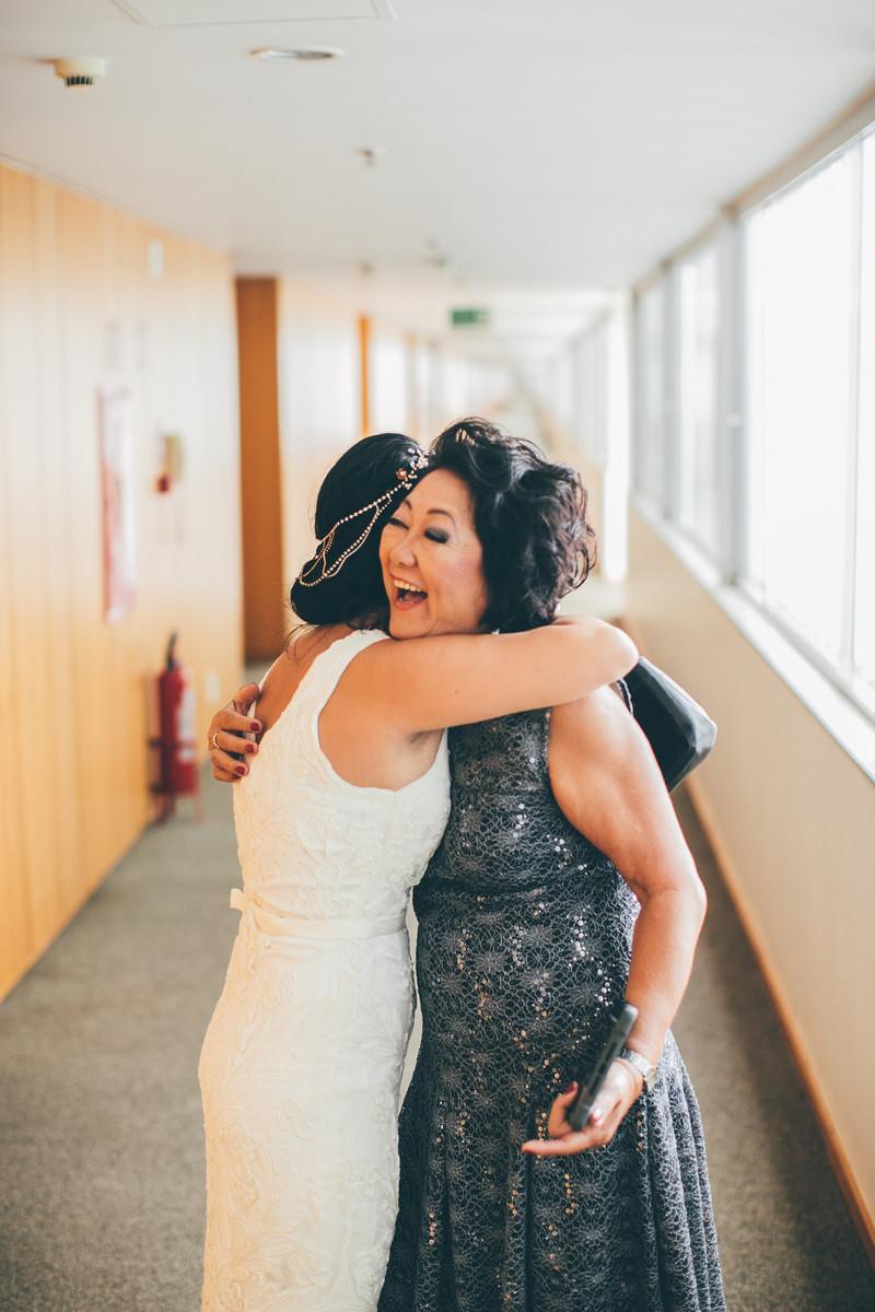 noiva abraçando sua mãe