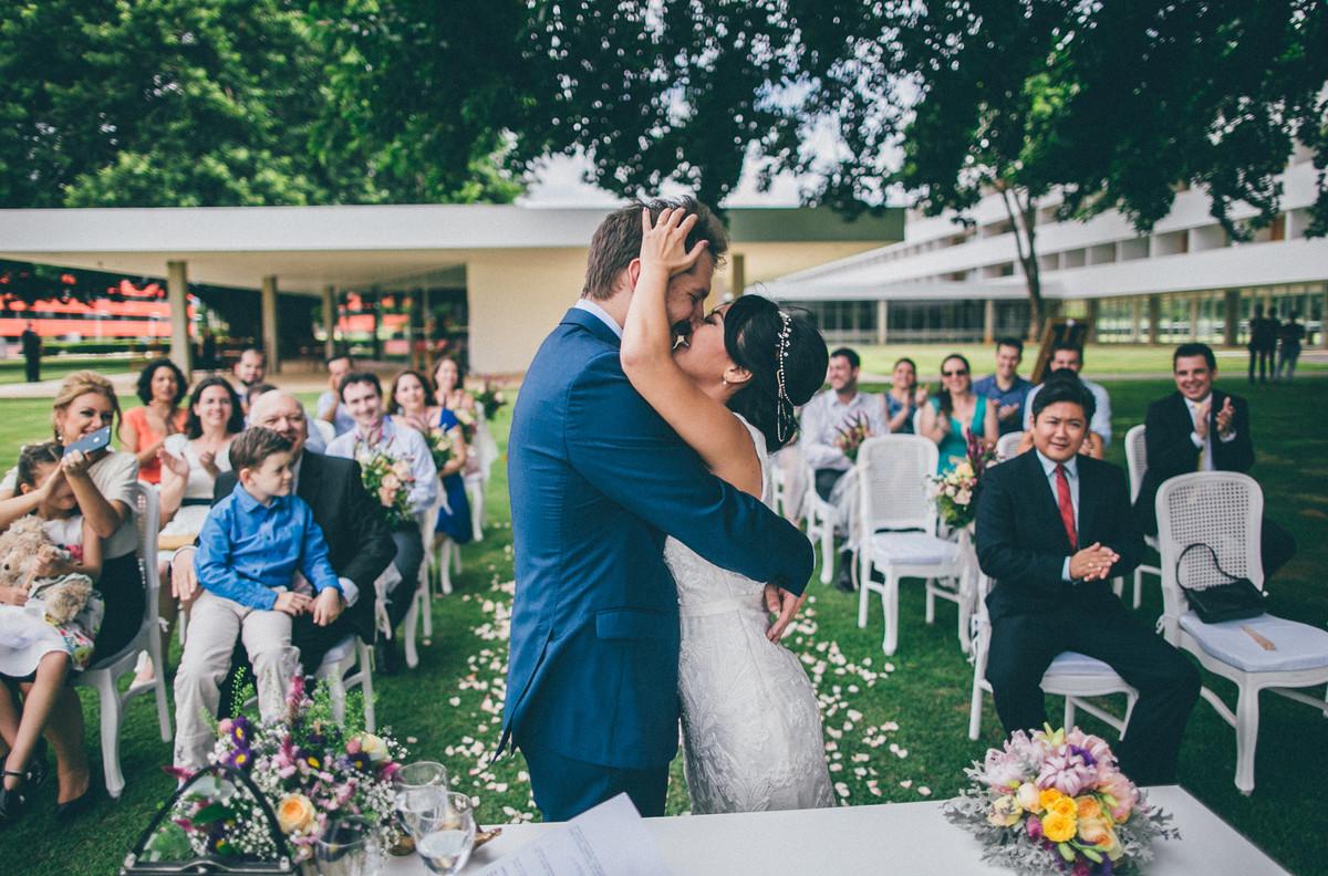 cerimônia de casamento feita pelo fotógrafo de casamento Rafael Ohana no Brasília palace em Brasília-DF casal se beijando