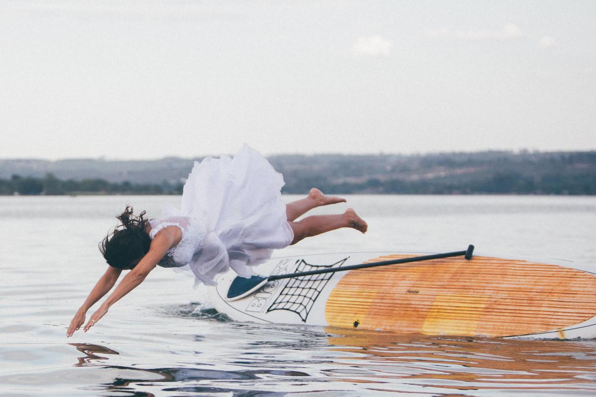 trash-the-dress-da-Flávia-Rafael-Ohana-Fotógrafo-de-casamentos-em-Brasília-wedding-casamento-bodas-ensaio-prévia-de-noiva-SUP-esporte-sports-vestido-de-noiva-pulando-no-lago-paranoá