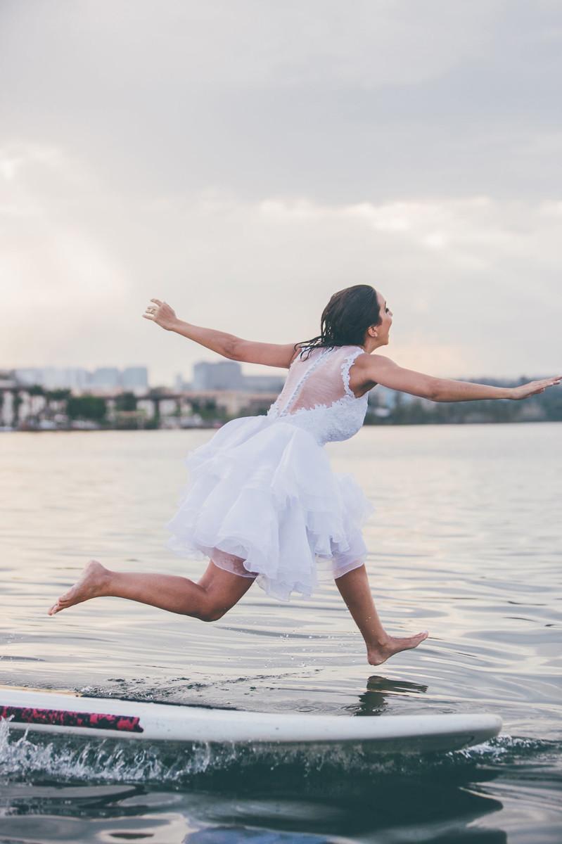 trash-the-dress-da-Flávia-Rafael-Ohana-Fotógrafo-de-casamentos-em-Brasília-wedding-casamento-bodas-ensaio-prévia-de-noiva-SUP-esporte-sports-vestido-de-noiva-sexy-nasty-hot-quente-linda-sensual-andando-sobre-água-milagre