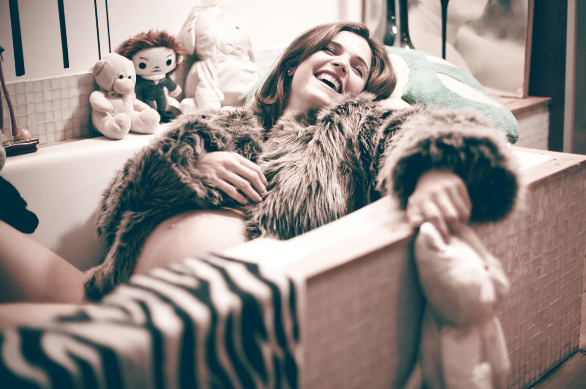 Gestante Milena rindo na banheira com bonecos de pelúcia ensaio feito em Brasília DF